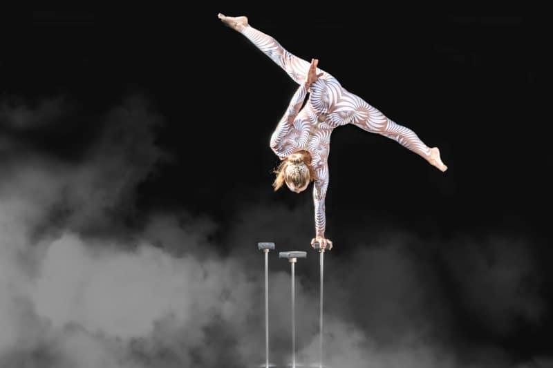 Danza acrobatica punti buio